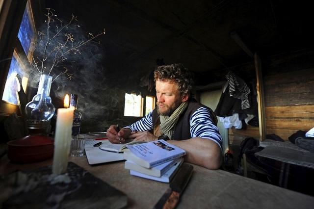 Sylvain Tesson dans sa cabane du lac ba•kal